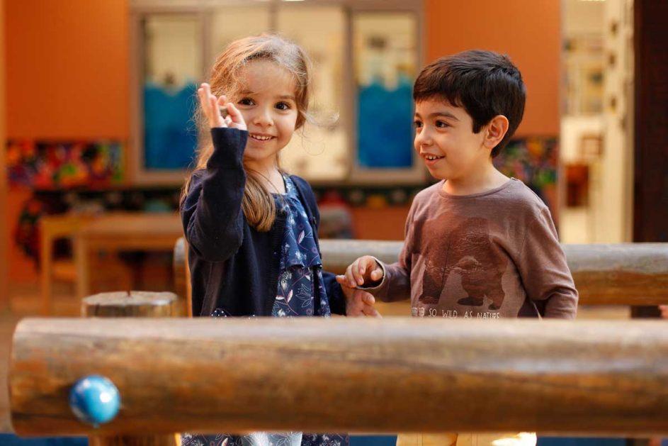 ein Mädchen und ein Junge spielen gemeinsam