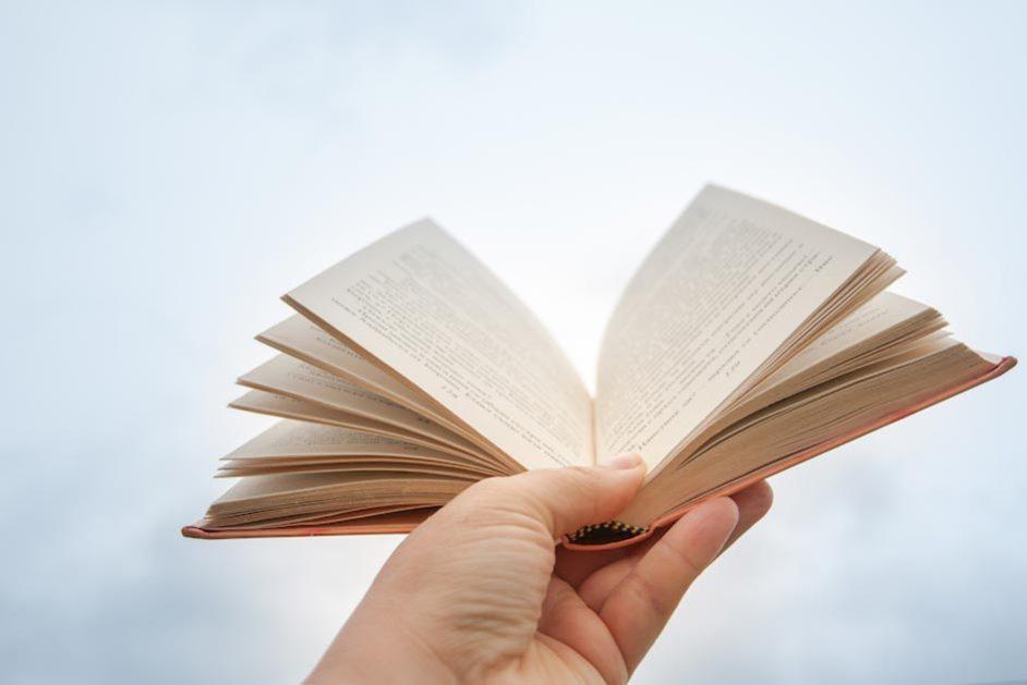 Eine Person hält ein ausgeschlagenes Buch