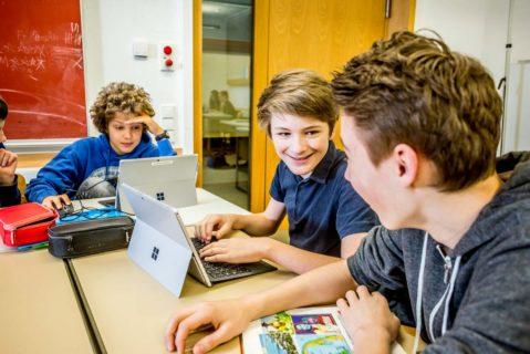 Im Gymnasium Kirchheim bei München arbeiten die Schülerinnen und Schüler der Tablet-Klasse in einem digitalen Klassenzimmer im individuellen Lerntempo. Die Schule war 2017 Preisträger des Deutschen Schulpreises.