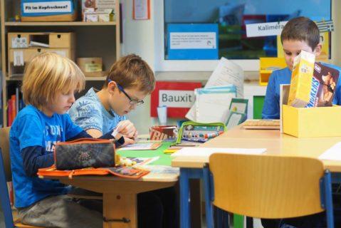 In den individuell vorbereiteten Lernarrangements finden die Schülerinnen und Schüler vielfältige Material vor.