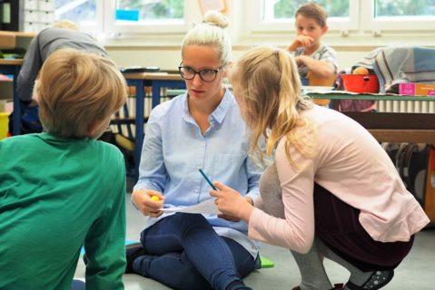 Ritualisierte Feedbackgespräche unterstützen die Schülerinnen und Schüler auf ihrem Lernweg.