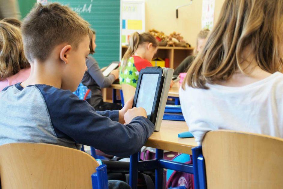 Kinder im Unterricht mit Tablets