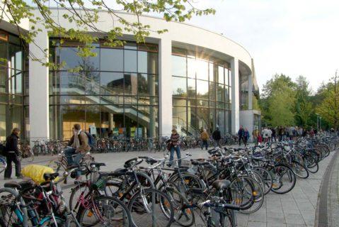 Viele Fahrräder vor einem Hörsaal-Gebäude