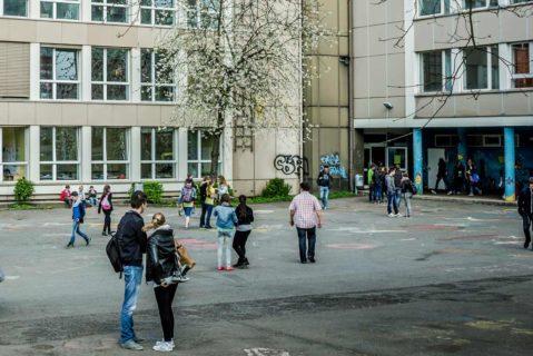 Schüler auf einem Schulhof