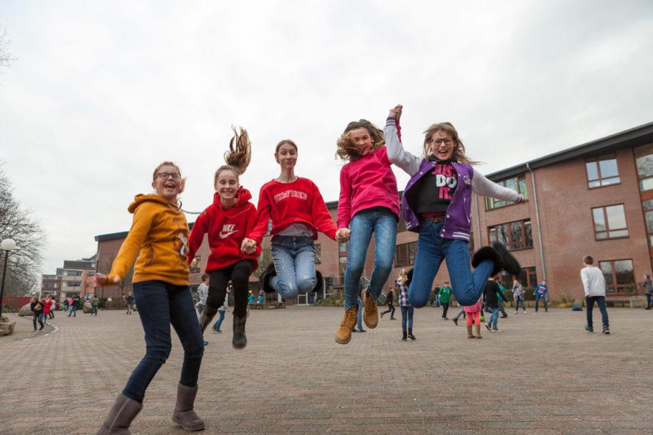 Schüler springen in die Luft