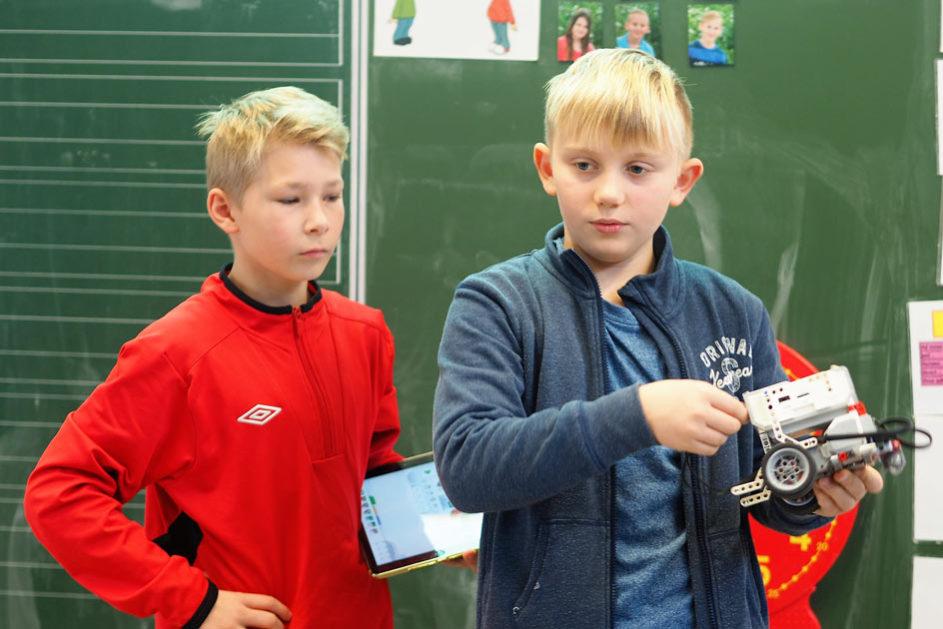 Zwei Schüler präsentieren die Resultate aus der Selbstlernzeit.