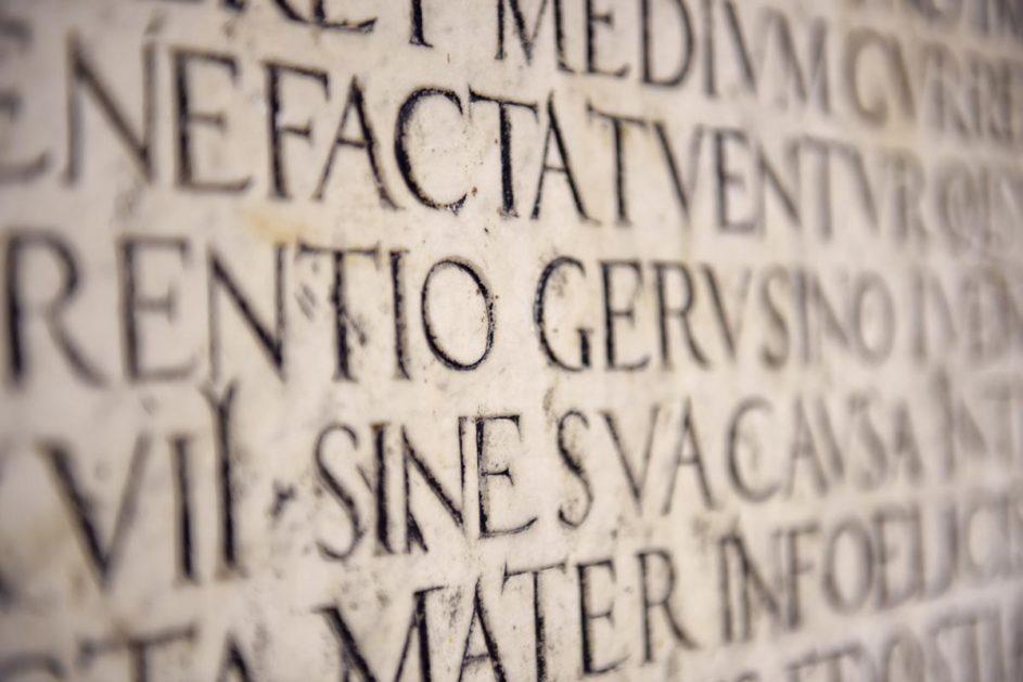 In eine Steinmauer ist etwas auf Latein