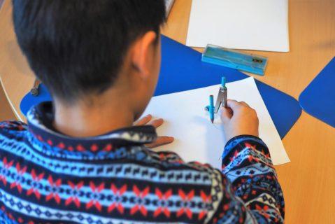 Ein Schüler arbeitet mit Zirkel