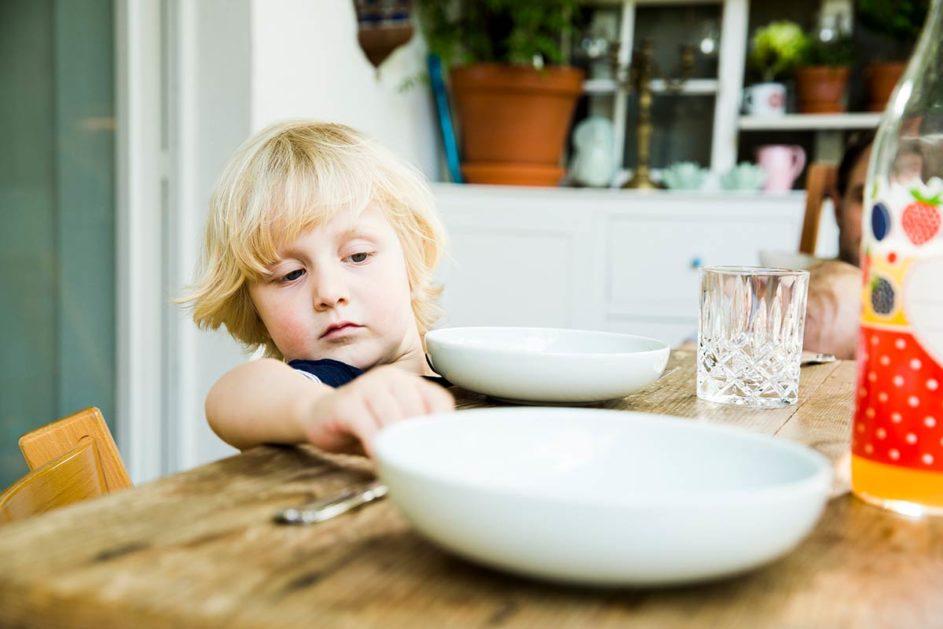Schon beim Tischdecken können Kinder lernen, eine Aufgabe sorgfältig zu machen, meint Kolumnistin Sabine Czerny.