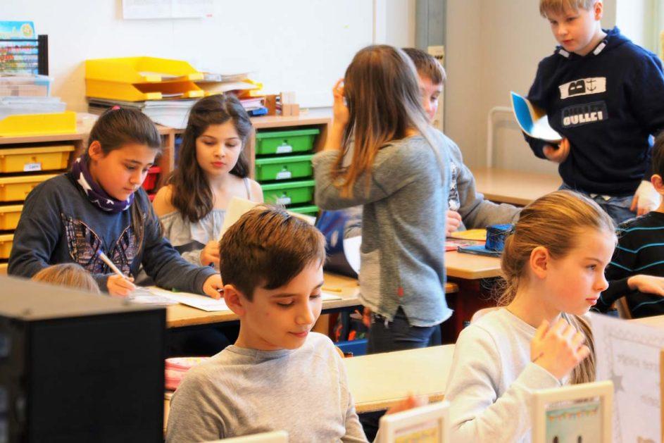 Grundschulkinder arbeiten im Klassenzimmer
