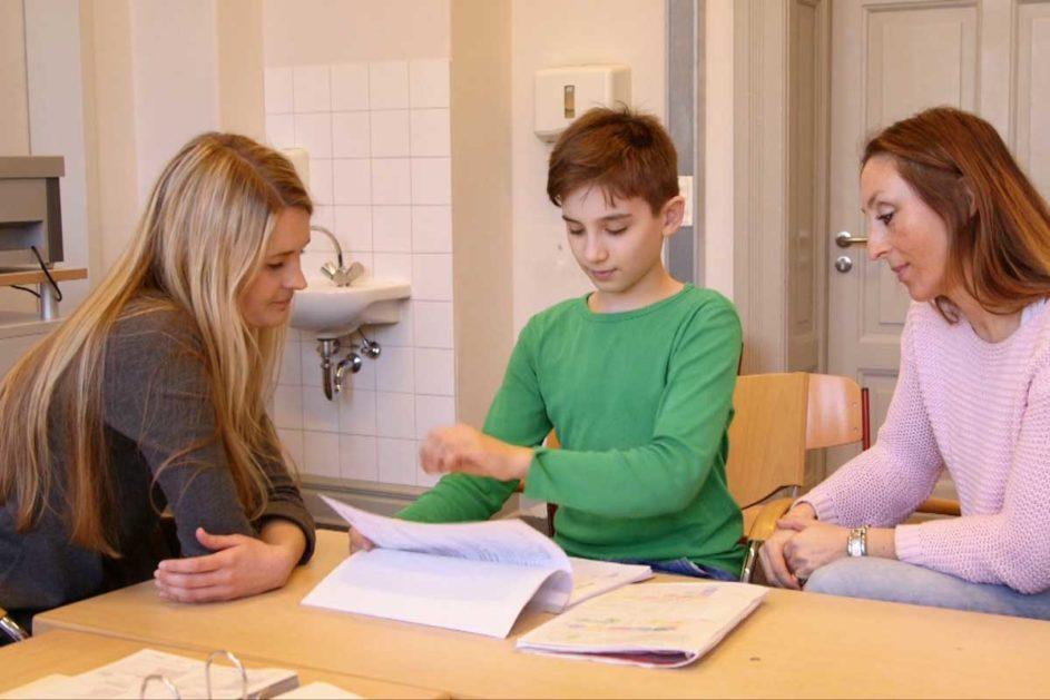 Schüler, Mutter und Lehrerin beim gemeinsamen Gespräch