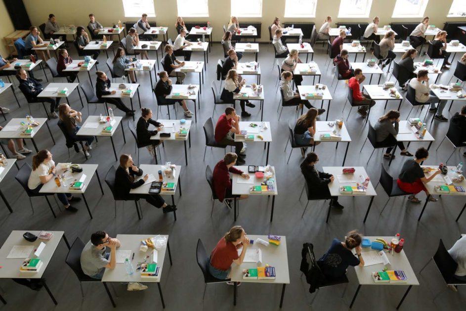Schüler während einer Abitur-Prüfung