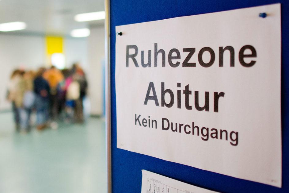 """Ein Schild mit der Aufschrift """"Ruhezone Abitur – Kein Durchgang"""""""