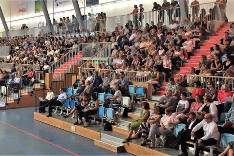 Lehrerinnen und Lehrer auf den Rängen der MBS Arena