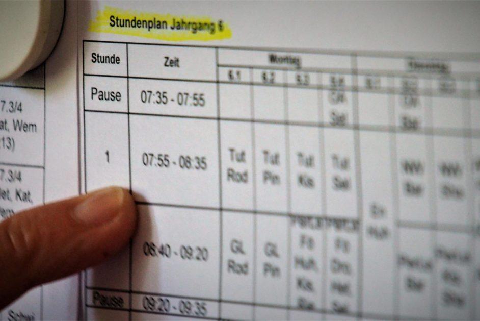 Stundenplan im Lehrerzimmer einer Schule