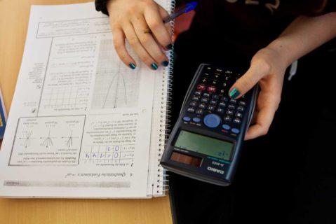 Eine Schülerin löst Matheaufgaben