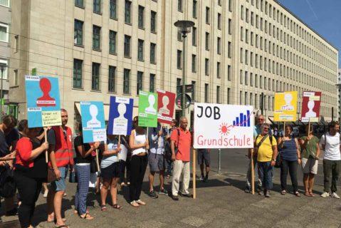 Lehrer protestieren vor der Bildungsverwaltung