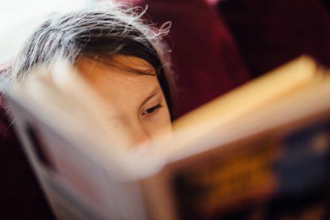 ein Kind mit Buch