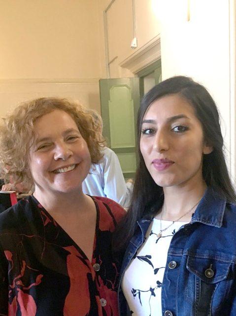 Schülerin Fereshte aus Afghanistan und Marlene Müller-Rytlewski