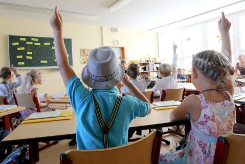 Erstklässler in einem Klassenraum