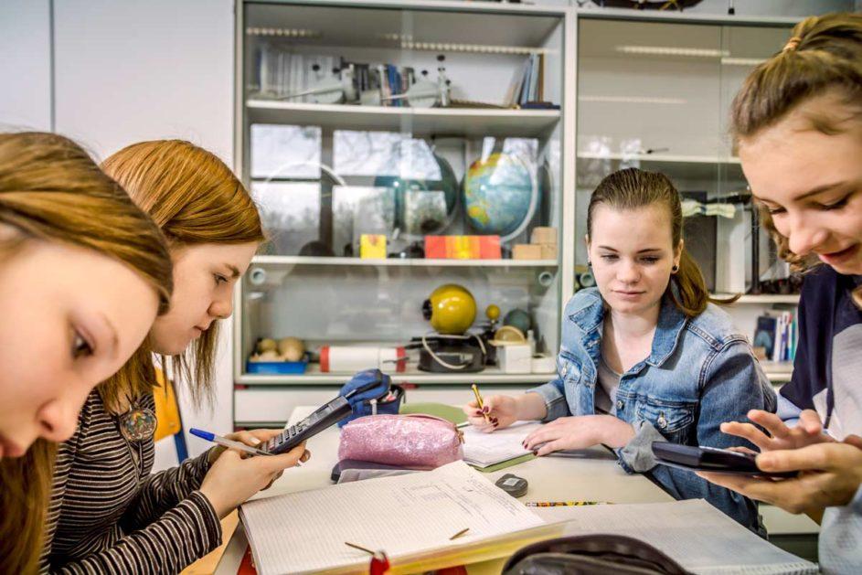 Schülerinnen beim Lernen