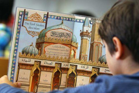 Ein Schüler des islamischen Religionsunterrichts in Bonn.