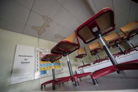Ein Klassenzimmer mit Wasserschaden an der Decke.