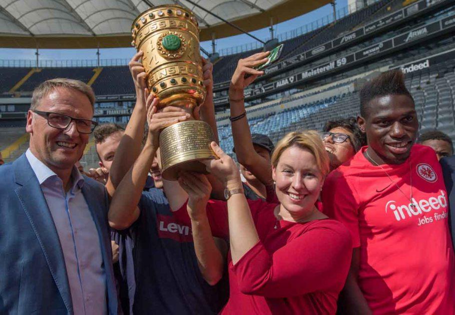 Franziska Gipfel hält im Stadion Frankfurt den DFB-Pokal in den Händen. Rechts neben ihr steht Eintracht-Spieler Danny da Costa.