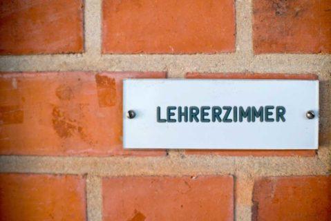 Schild mit der Aufschrift Lehrerzimmer an der Wand