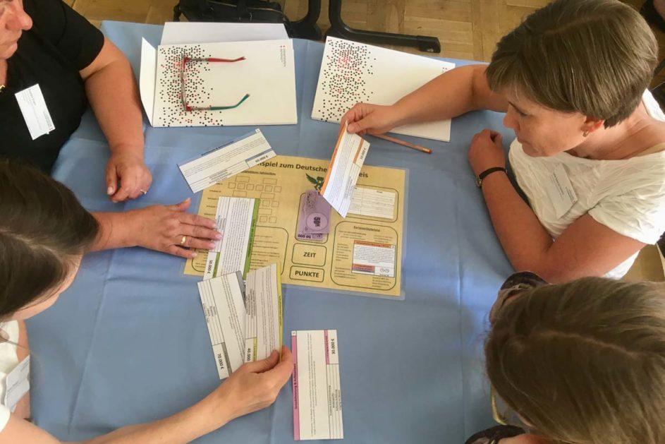 Vier Lehrkräfte spielen das Planspiel Gute Schule.