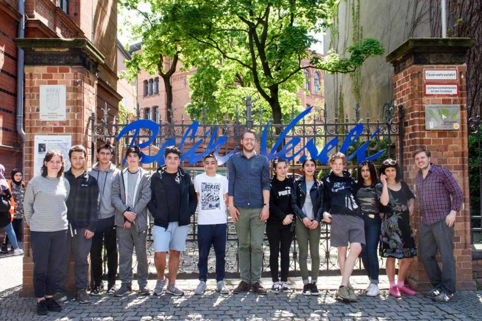 Schüler und Lehrer der Refik-Veseli-Schule stehen vor einem Tor