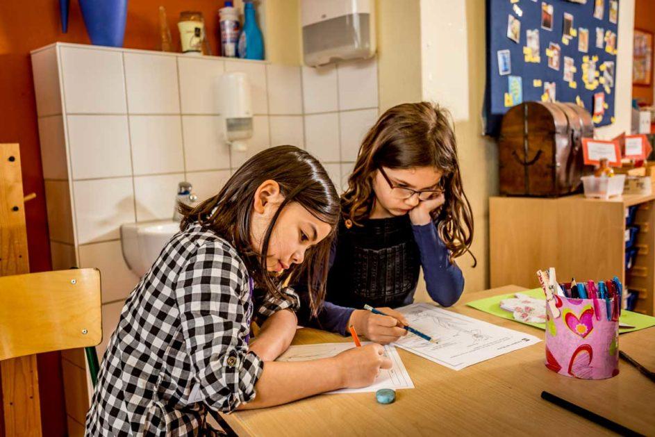 Zwei Kinder schreiben