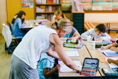 Eine Lehrerin hilft ihrem Schüler mit einer Aufgabe
