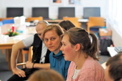 Das jeweilige Thema wird jeweils von einer der Lehrkräfte vorbereitet und dem Kollegium vorgestellt.