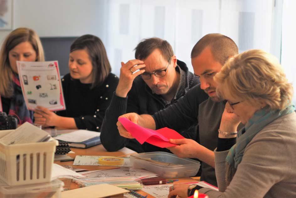 In Kleingruppen wird das Material gesichtet und geprüft.