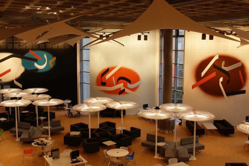 Im Saltire Centre an der Glasgow Caledonian University finden Studenten unterschiedlichste Arbeitsmöglichkeiten - von Tischen im offenen Raum bis hin zu aufblasbaren Büro-Iglus im hinteren Teil.