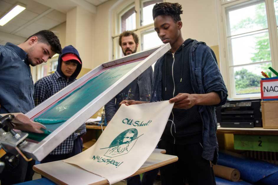 Schüler der Albrecht-von-Graefe-Schule (School Turnaround) bedrucken Stoff