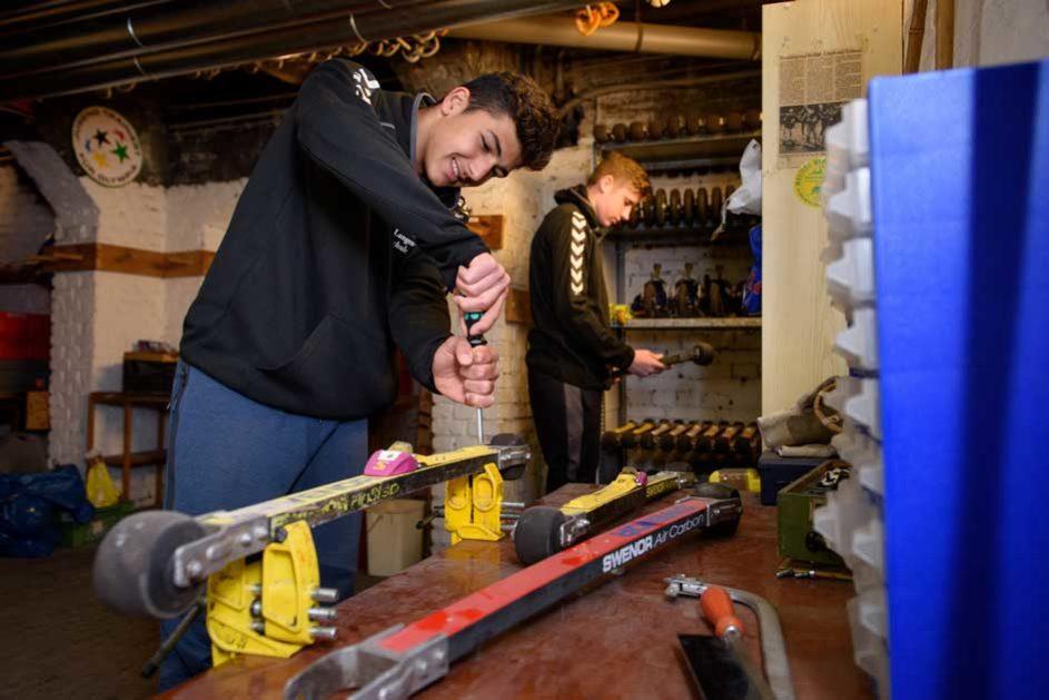 Schüler der Gustav-Langenscheidt-Schule (School Turnaround) bei Handwerksarbeiten
