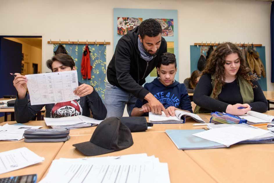 Ein Lehrer der Hector-Peterson-Schule (School Turnaround) erklärt einem Schüler etwas