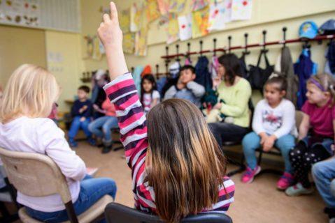 Schüler der Peter-Pan-Schule (School Turnaround) im Stuhlkreis, eine Schülerin meldet sich