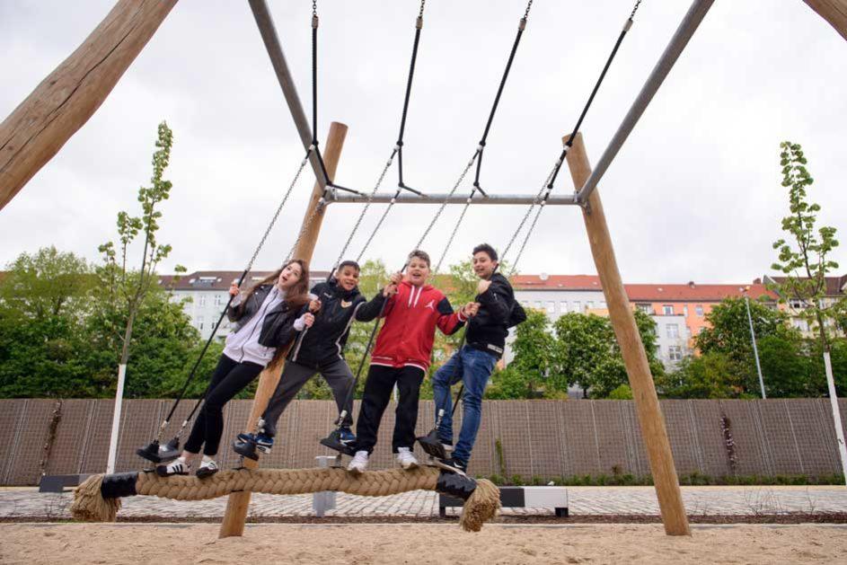 Schüler der Silberstein-Schule (School Turnaround) auf dem Spielplatz