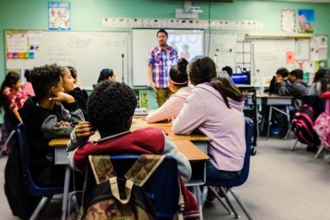 Schüler an Gruppentischen im unterricht