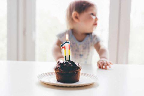 Ein kleines Kind feiert seinen ersten Geburtstag