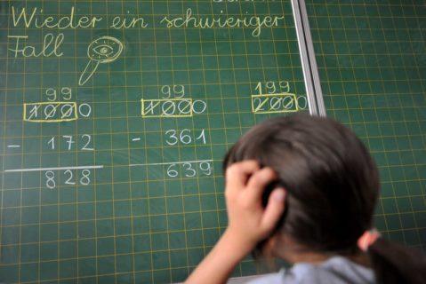Eien Schülerin rechnet an der Tafel