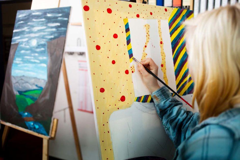 Eine Schülerin malt ein Bild