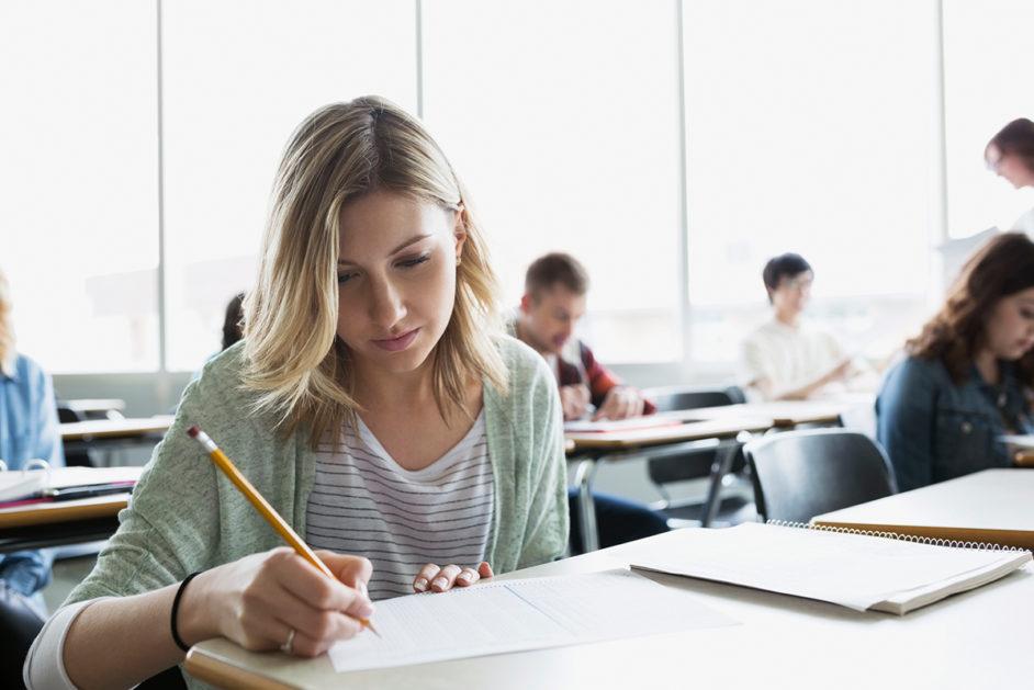 Eine junge Frau füllt einen Test aus.