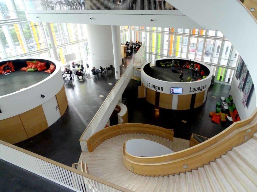 Blick in die Eingangshalle des Orestad Gymnasiums