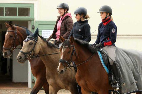 drei Mädchen reiten auf ihren Pferden