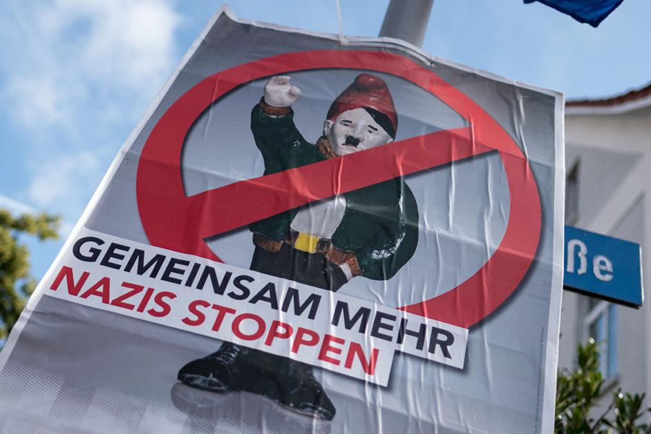 """Niedersachsen, Bad Nenndorf: Ein Schild ´Gemeinsam Mehr Nazis Stoppenª ist w‰hrend einer Demonstration gegen Rechtsextremismus vor dem Wincklerbad zu sehen. Ein B¸ndnis aus Gewerkschaften, Kirchen, Parteien, Vereinen und Initiativen will am Samstag in Goslar gegen Neonazis demonstrieren. Die Stadtverwaltung rechnet mit mindestens 2000 Teilnehmern. 8zu dpa """"B¸ndnis will in Goslar gegen Neonazis demonstrieren"""" vom 02.06.2018) Foto: Peter Steffen/dpa +++ dpa-Bildfunk +++"""