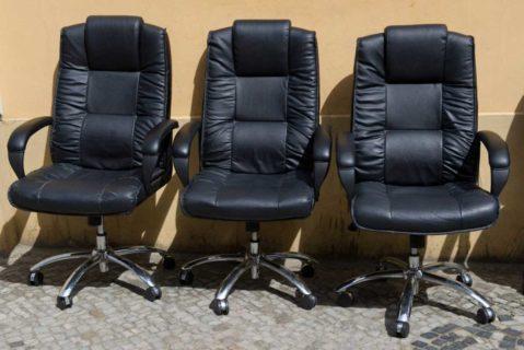 drei schwarze Bürostühle